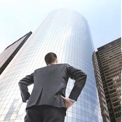 Das Foto zeigt einen Mann, der auf ein Gebäude blickt. Er steht für eine erfolgreiche Unternehmenskultur